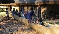 Einbaumschnitzen mit der ganzen Gruppe im Archäologischem Zentrum in Hitzacker